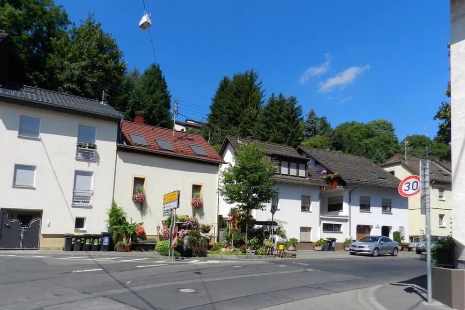 edificio y calle Schlangenbad Valle del Rin Alemania