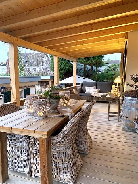 Loungebank en landelijke tuinset onder overkapping