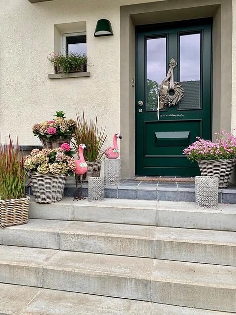 Roze flamingo's rieten manden voordeur