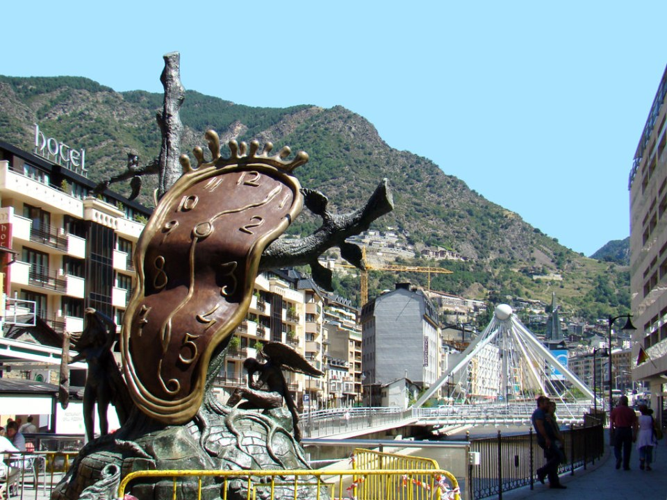 escultura Nobleza de los tiempos de Salvador Dalí en Plaza de la Rotonda y Puente de Paris sobre el río Valira Andorra la Vella o La Vieja 04
