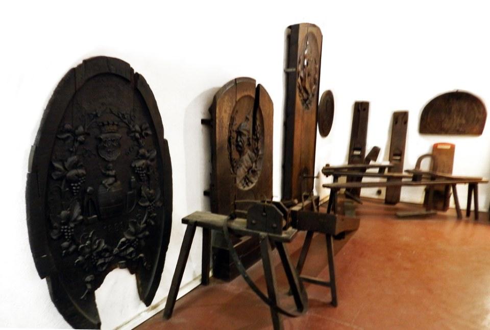 tapas antiguas de barriles o barricas de vino madera tallada Museo del Vino de Rheingau Rheingauer Weinmuseum Rudesheim Valle del Rin Alemania