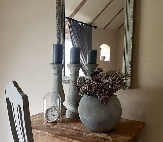 Tafeltje slaapkamer kruik kandelaars stolp spiegel