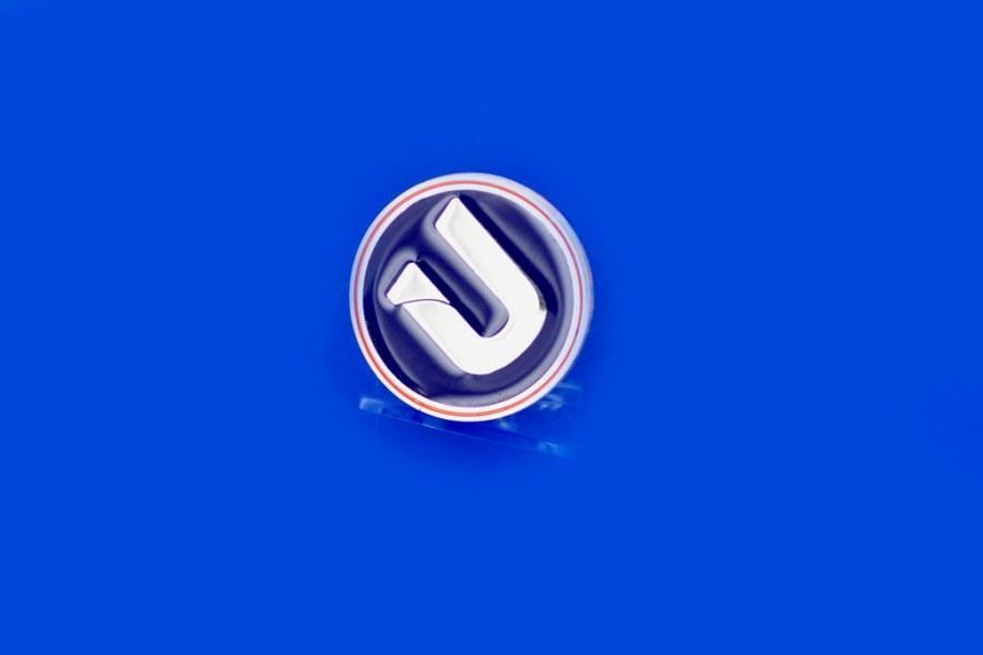 przypinka z logo firmy