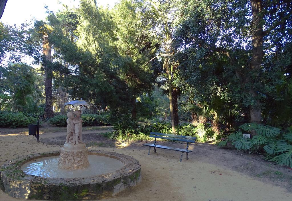 Fuente de los niños del paraguas Parque Genoves Cadiz 01