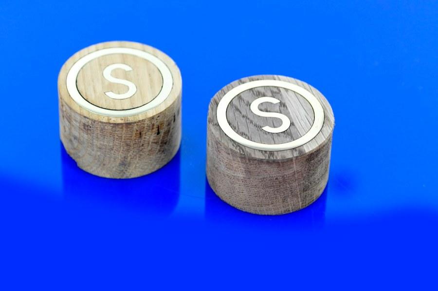 emblemat producenta mebli z polerowanego mosiadzu, dopasowany do drewna