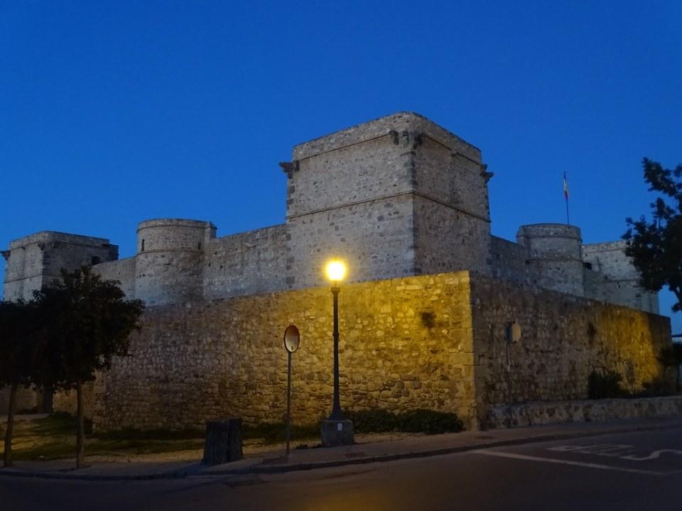 muralla y Castillo de Santiago de noche Sanlucar de Barrameda Cadiz 01