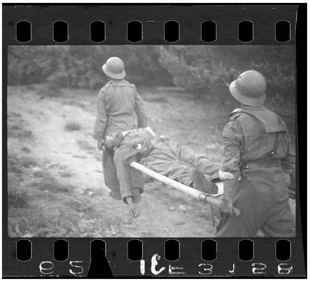 Dos_soldados_republicanos_con_un_soldado_en_una_camilla