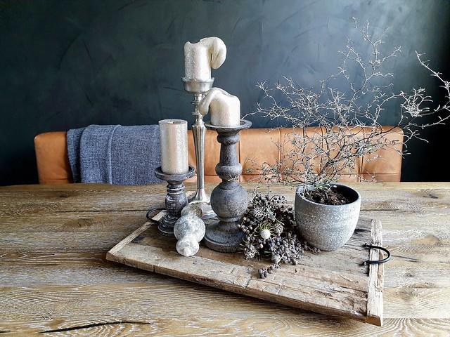 Houten dienblad kandelaars plantje leren stoelen