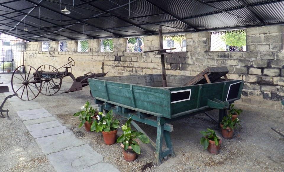 antigua Prensa y carro de arado maquinaria de uva Museo de la Viña Bodegas Gonzalez Byass Jerez de la Frontera Cadiz