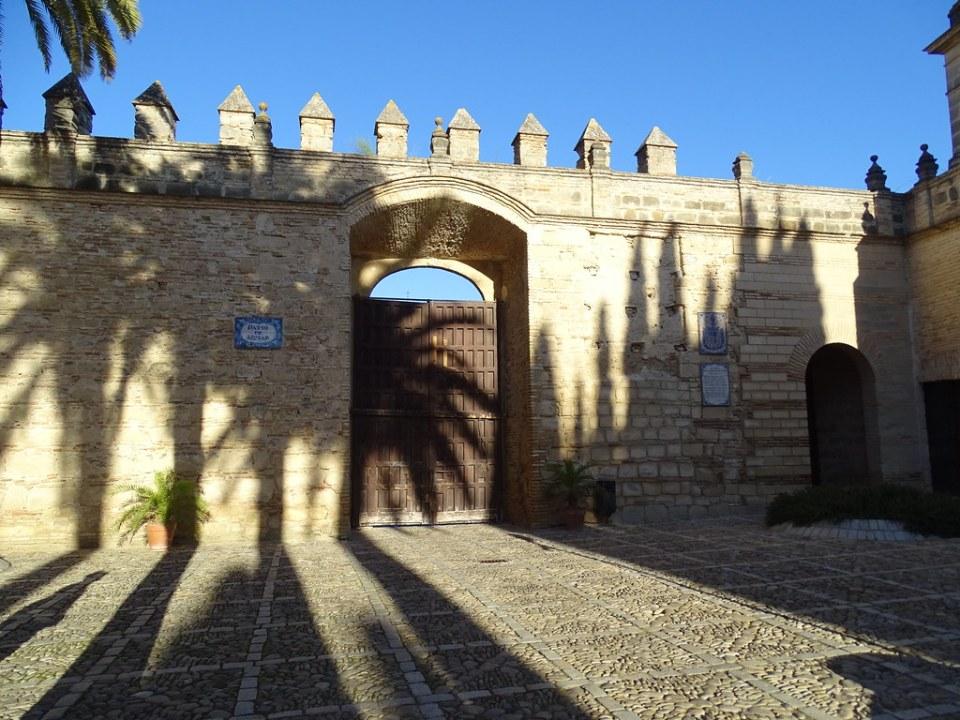 Puerta de muralla y Patio de Armas Alcazar de Jerez de la Frontera en Cadiz 02