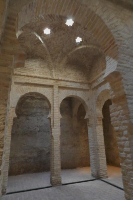 sala templada arcos boveda lucernarios Baños arabes La Mezquita El Alcazar de Jerez de la Frontera Cadiz 05