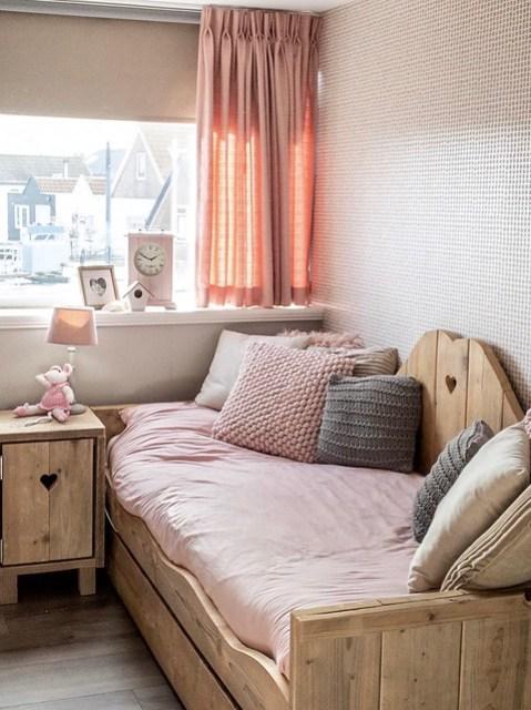 Houten bed met hartje roze meisjeskamer
