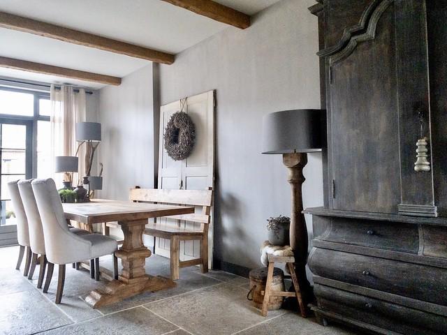 Eethoek kolompoot buikkast oude deur met krans grote balusterlamp