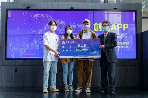 第二名團隊-一資玩家,由卓榮祥、陳竹妗、鍾惠柔、孫崇勛、鍾育翎組成