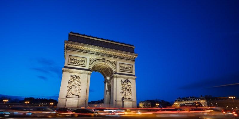 法國巴黎景點 來拍巴黎鐵塔吧,沒站在巴黎凱旋門上看過夜景,怎能說你來過凱旋門,一生必來一次的夜景,巴黎凱旋門