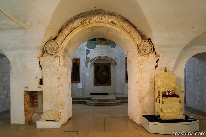 Резной портал XVI века, Александровский кремль, Свято-Успенский женский монастырь, Александров, Государев двор