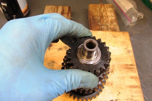Output Shaft 5th Gear Rocks On The Shaft