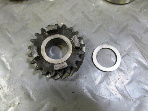Output Shaft 5th Gear Face With Dog Teeth Has A Flat Washer