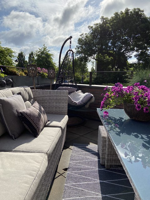 Loungebank en hangstoel op dakterras