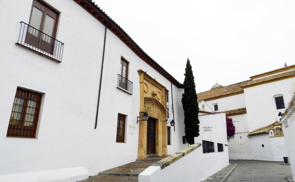 edificio exterior antiguo palacio Casa del Bailío Biblioteca Viva de Al-Andalus en cuesta del Bailio Cordoba 01
