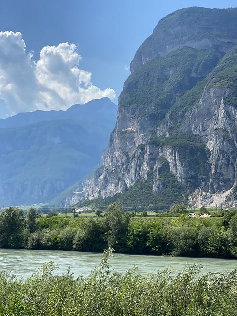 Hohe Berge rechts und links des Weges
