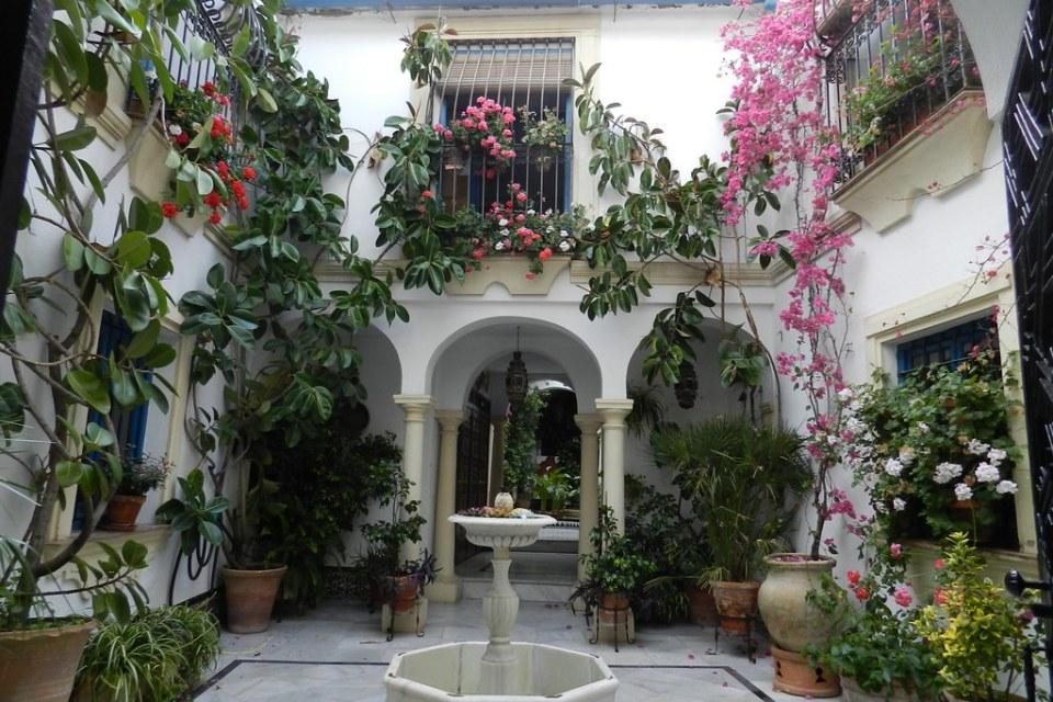 patio de tienda de artesanos del cuero en Calleja de las Flores Cordoba 03