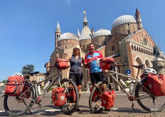 Vor der Antonius Basilika in Padua
