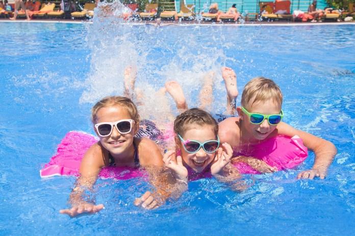 我愛夏日 Children play in pool at the resort
