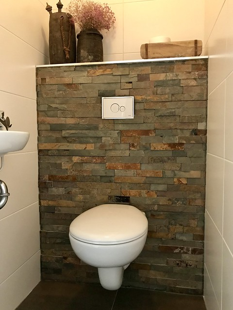 Steenstrips muur landelijk toilet