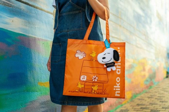 橙色的輕便環保袋上印有 Snoopy 好友-Woodstock圖案,在木屋下享受休閒快樂。摺疊環保袋後,可收藏於Snoopy大頭公仔