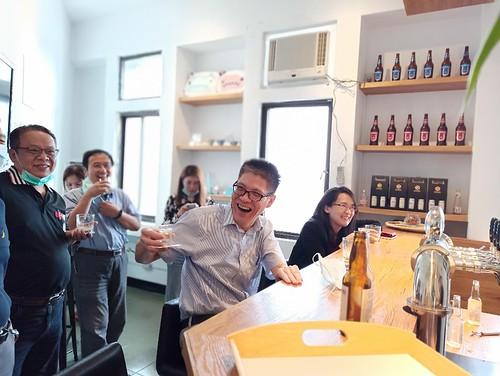 顏局長與藍祺偉教授一同試飲得獎啤酒。