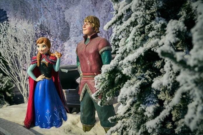 冰晶森林 - 與兩大主角愛莎及基斯托夫於漫天飛雪的浪漫森林冒險,共享甜美時光。2
