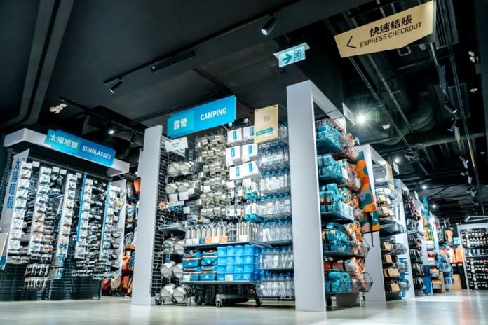 新店佔地4000平方呎,位於九龍灣港鐵站人流熙攘的商場內,方便步伐急促的上班族、學生及鄰近居民快捷選購運動用品。
