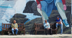 Homes diante do mural, Muxía