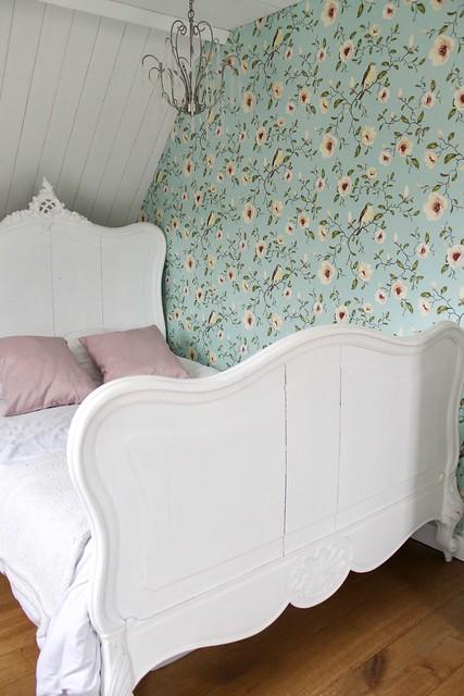 vogeltjes behang meisjeskamer wit bed landelijk