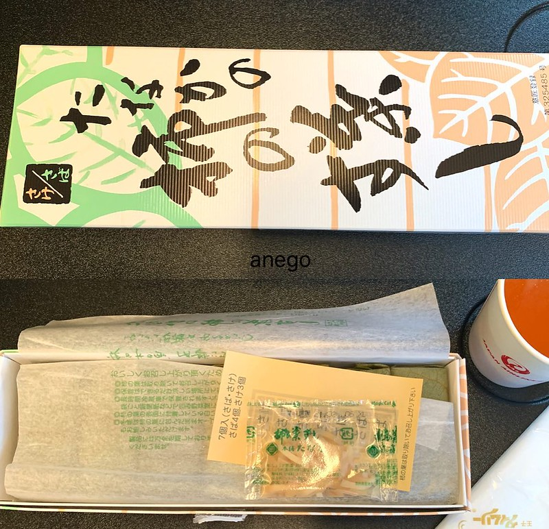 さて!最後に機内で食べたのは。羽田空港で買った柿の葉寿司。サバだけでええんや、サバだけで。 そうです。次回Go To は毎年秋に行ってる奈良!!!というわけで、ただいま奈良からの帰宅中 #goto東京 #gotoトラベル #羽田空港お土産 #地域共通クーポン