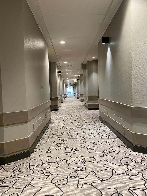 Scandic Pasilan 4. kerroksen käytävä hisseiltä kohti esteetöntä huonetta