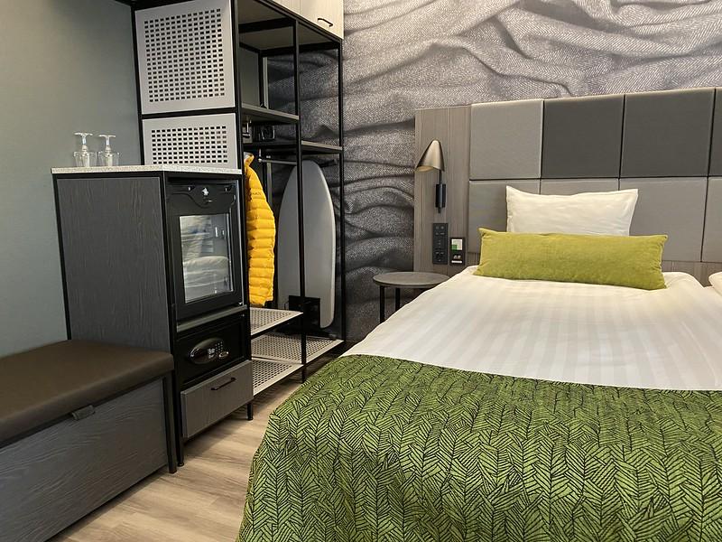 Scandic Pasilan esteettömän huoneen sängynvierusta