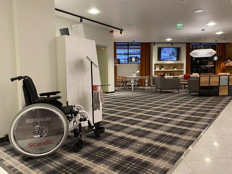 Hotelli Scandic Pasilan aula, etualalla lainattava manuaalipyörätuoli