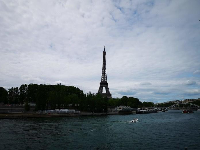 巴黎 塞納河岸的巴黎鐵塔