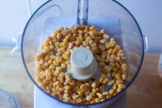 把一半的玉米拌在一起