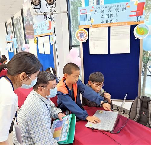 南門國小六年級的郭冠宏(右一)與南崁國小五年級的李易恩(右二)跨校組隊獲最佳解說獎