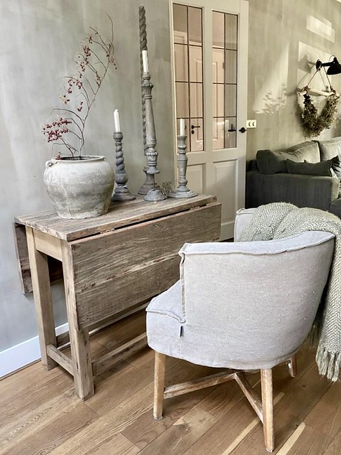 Hangoor tafeltje stoel Dirkje kruik kandelaars kalkverf muur
