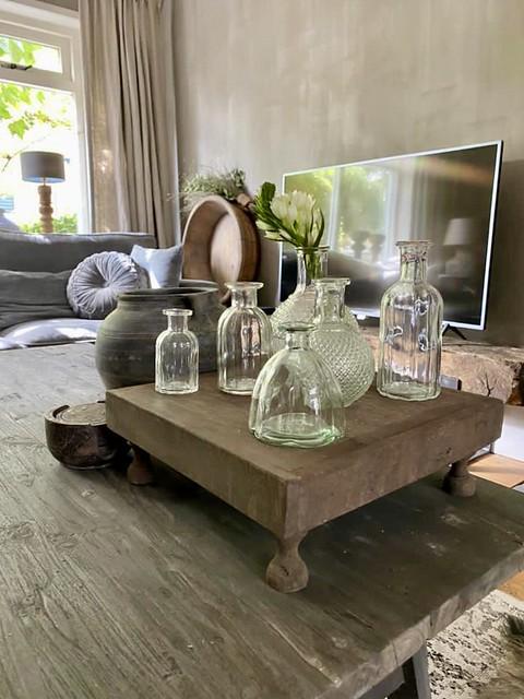 Glazen flesjes Bajot tafeltje op landelijke salontafel