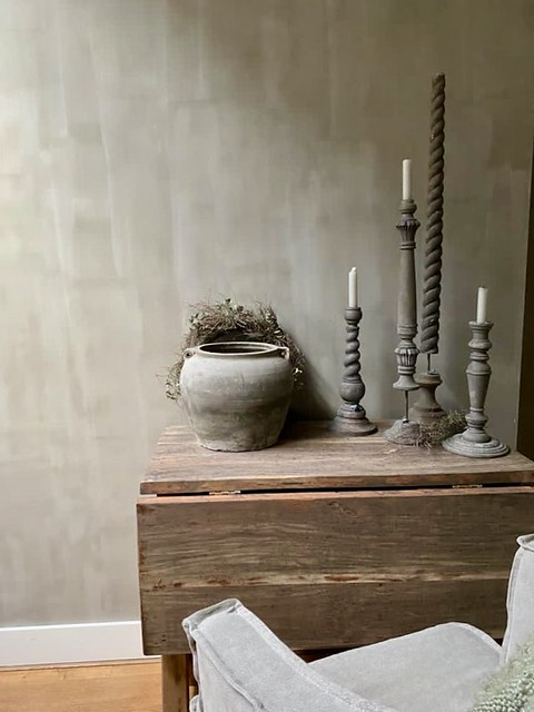 Hangoor tafel stoel Dirkje houten kandelaars sobere kruik