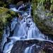 Kleiner Wasserfall mit Eis und Holz