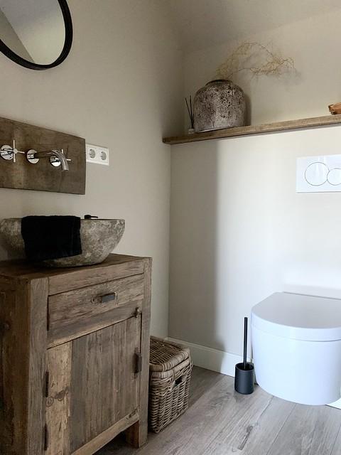 Landelijk stoer houten badmeubel met kom hangtoilet stoere mand