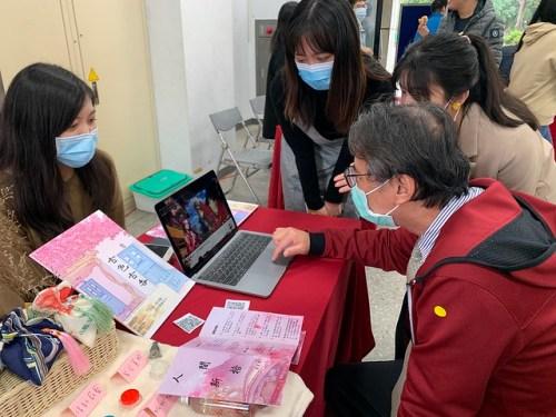 古色古香團隊-同學向吳志揚校長介紹作品