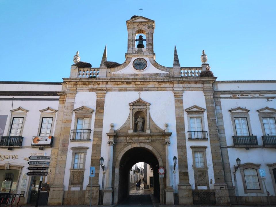 Arco da Vila puerta de la ciudad de muralla Faro Portugal