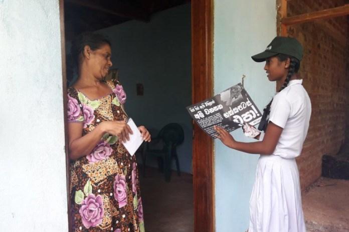 6 學生挨家挨戶地倡議,向烏沃(Uva)地區民眾提倡不要使用炸彈來處理農損問題。圖片提供:Deepani Jayantha。